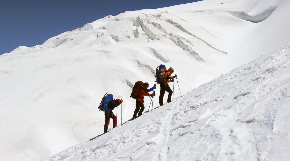 Aufstieg am Muztagh Ata über weite Schneeflanken.